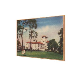 Hotel Del Monteおよびアーチェリーの芝生-モンテレー、カリフォルニア キャンバスプリント
