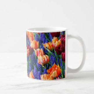 Hyacinthのチューリップの庭のCotillion コーヒーマグカップ