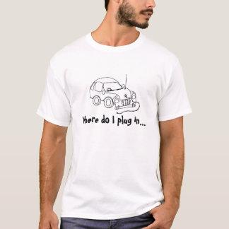 Iが電気自動車のプラグを差し込むところ Tシャツ
