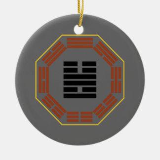 "I Chingの六芒星55 Feng ""豊富"" 陶器製丸型オーナメント"