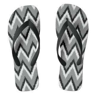 Ikatシェブロンは-灰色/灰色、黒及び白を縞で飾ります ビーチサンダル