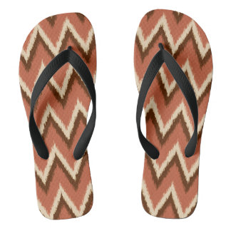 Ikatシェブロンは-錆、ブラウンおよびベージュ色を縞で飾ります ビーチサンダル