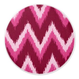 Ikatシェブロンは- Burqundyを、ばら色およびピンク縞で飾ります セラミックノブ