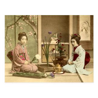 Ikebana -花を整理している美しい着物の女の子 葉書き