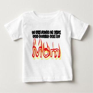 IMをかわいい考えれば、私のお母さんに会うべきです ベビーTシャツ