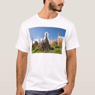 Indeinの寺院、Inle湖、ミャンマー Tシャツ