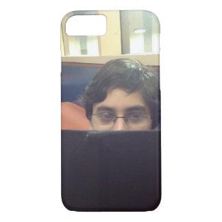 iPhoneの場合を調査しているパキスタンの男の子 iPhone 8/7ケース