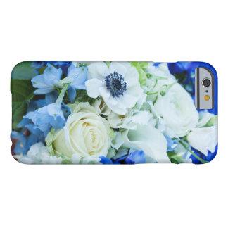 iPhoneの場合6/6s、青のおよび白い花 Barely There iPhone 6 ケース