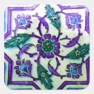 Iznikの紫色のタイルのヒントを含む青そして白 スクエアシール