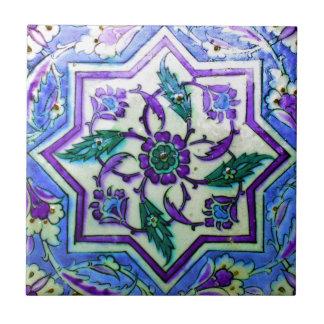 Iznikの紫色のタイルのヒントを含む青そして白 タイル