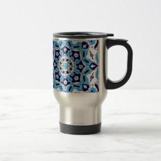 İznikの青および白い花の製陶術のタイル トラベルマグ