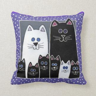 Jの執事による子猫家族のポートレートの枕 クッション