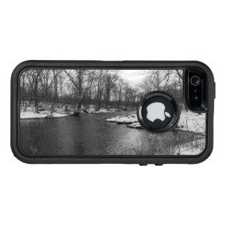 James川のグレースケールに沿う雪 オッターボックスディフェンダーiPhoneケース