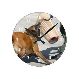 k9訓練の腕のかみ傷の絵画犬のイヌ科動物を統率して下さい ラウンド壁時計