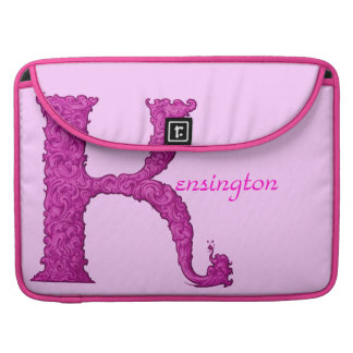 K - Falckのアルファベット(ピンク) MacBook Proスリーブ