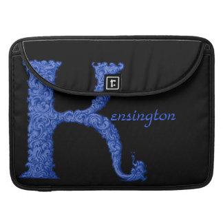K - Falckのアルファベット(青い) MacBook Proスリーブ