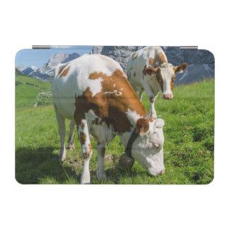 Karwendel山2の高い牧草地の牛 iPad Miniカバー