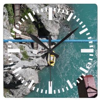 Kawarau橋Bungy POV、Queenstown、ニュージーランド スクエア壁時計