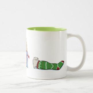 Keeshondの子犬のクリスマス ツートーンマグカップ