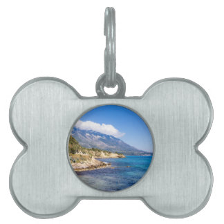 Kefaloniaギリシャの海が付いている海岸の山 ペットネームタグ