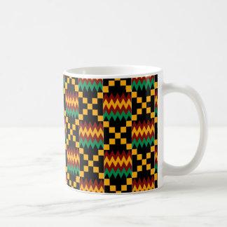 Kenteの黒く、緑、赤く、および黄色の布 コーヒーマグカップ