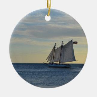 Key West、FLの海岸の沖のヨット セラミックオーナメント