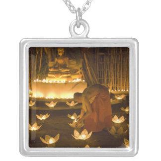 khomのloy蝋燭そしてランタンをのためのつけている修道士 シルバープレートネックレス