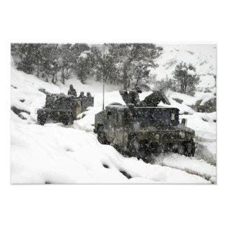 Khowst Gardezのパスの米国の海兵隊員のパトロール フォトプリント