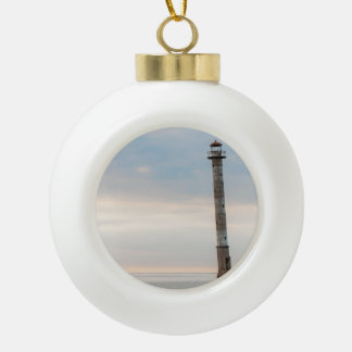 Kiipsaareの傾斜の灯台、Saaremaa、エストニア セラミックボールオーナメント