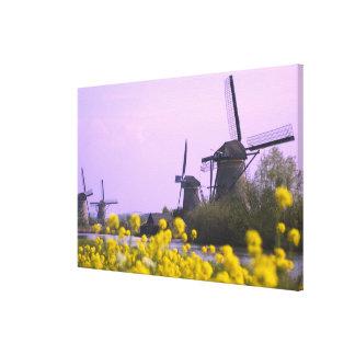 Kinderdijkの運河に沿う風車、 キャンバスプリント