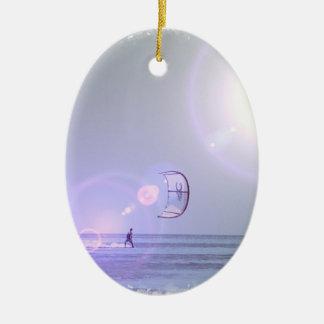 Kiteboarderの単独のオーナメント 陶器製卵型オーナメント