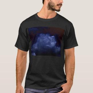 KLMによる暗闇の明るく青い積雲 Tシャツ