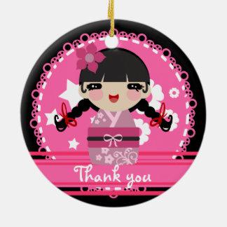 Kokeshiのかわいいピンクの人形 セラミックオーナメント