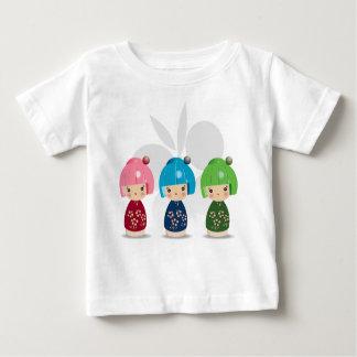 Kokeshiの三重項のベビーのティー ベビーTシャツ