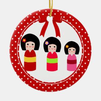 Kokeshiの姉妹のクリスマスの水玉模様 セラミックオーナメント