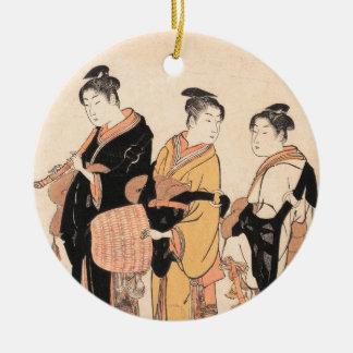 Komusoを装っている3人の若い女性 セラミックオーナメント