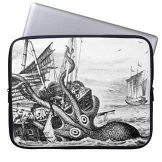 KrakenかタコEatting海賊船、黒または白 ラップトップスリーブ