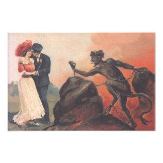 Krampusのつきまとうカップルの地獄の鎖 フォトプリント