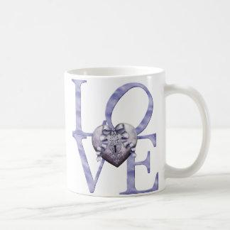 KRWのラベンダーの青いハート愛バレンタイン コーヒーマグカップ