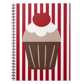 KRWの赤のストライプおよびブラウンのカップケーキのノート ノートブック