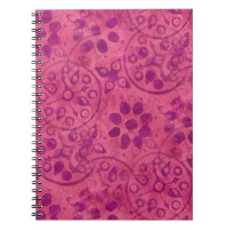 KRWピンクのBatickのデザインによって並べられるノート ノートブック