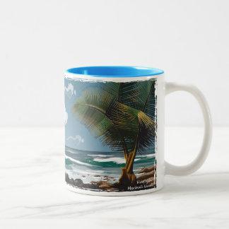 Kwajalein、マーシャルアイランドのやしおよびビーチ ツートーンマグカップ