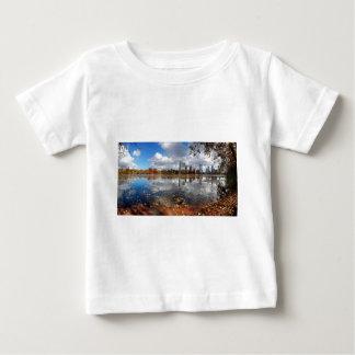 ladybird湖からのオースティンテキサス州の都心のスカイライン ベビーTシャツ