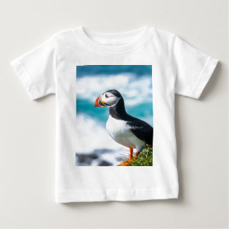 Látrabjarg、アイスランドのツノメドリのFraterculaのarctica ベビーTシャツ