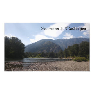 Leavenworthワシントン州の水辺地帯の写真 フォトプリント