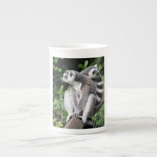 Lemurはかわいい写真の骨灰磁器のマグ、ギフトのリング後につきました ボーンチャイナカップ
