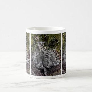 Lemursは続けて襲います コーヒーマグカップ