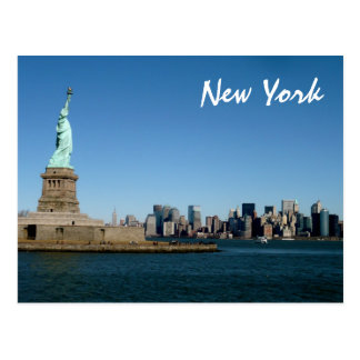 Liberty Watches Over NYC (色)女性 ポストカード