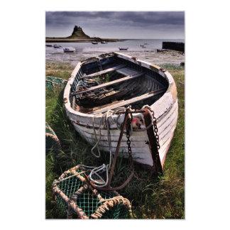 Lindisfarneの城及び古いボート-神聖な島のプリント フォトプリント