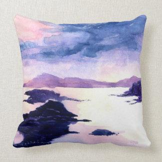 Loch Lomondの紫色の水彩画の景色のクッション クッション